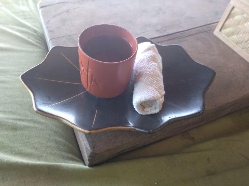 Jóga után kapott zöld tea és frissítő kendő