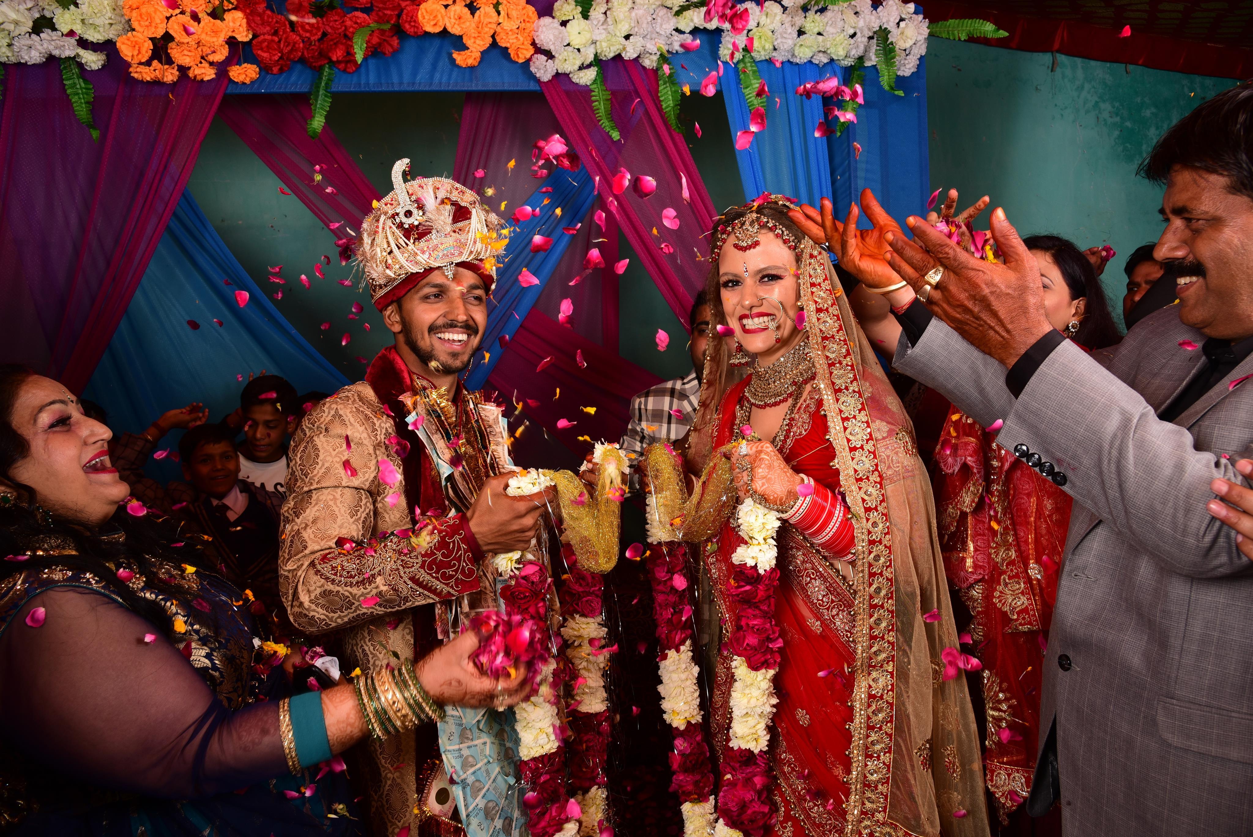 e90093d28a A menyasszony piros szárit visel az esküvőn, ez a jószerencsét  szimbolizálja.